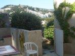 Accés du jardin à la terrasse de plein pied avec l'appartement