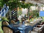 Le patio peut recevoir 12 personnes pour vos barbecues, nuit et jour.