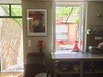La terrazza è direttamente fuori la cucina / sala da pranzo