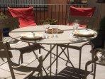 L'ampia terrazza, per i pasti estivo, barbecue, la lettura o napping ...