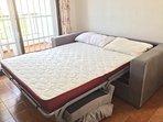 sofá-cama en el salón abierto