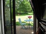 vue sur la terrasse et le jardin depuis la baie vitrée