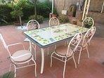 Tavolo e sedie in giardino