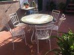 Tavolo e sedie in terrazza