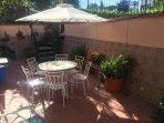 Tavolo con tavolo, sedie e ombrellone in terrazza