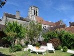 vue du jardin clos sur l'église monument historique
