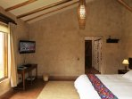 Dormitorio principal con baño incorporado, closets, calefacción, TV con cable y DVD.