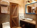 Todos los baños cuentan con ducha española, servicio completo de toallas y aseo personal