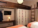 Dormitorio familiar: 2 camas de 1 1/2 plazas (o 1 king), litera, baño, calefacción, TV con cable