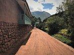 Camino de Urquillos que pasa al lado de la restaurada casona de Salavella (hotel Explora)
