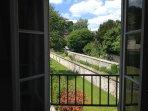 Vue depuis la fenêtre de la chambre sur jardins. Au centre de Honfleur mais environnement très calme
