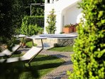 Garden equipped with solarium and outdoor Jacuzzi hot tub