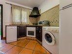 Frigorífico, horno, lavadora, microondas y encimera de la Cocina del Apartamento Hierbabuena en Hacienda Roche Viejo en...
