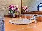 Lavabo con espejo del Baño del Apartamento Hierbabuena en Hacienda Roche Viejo en Conil