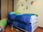 Habitación infantil con cama nido
