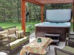 Beautiful cabin between the mountain & the lake w/ hot tub