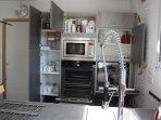 Lave-vaisselle en hauteur, four porte froide, micro-ondes.