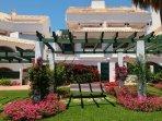BAJO en urbanización cerrada con piscinas y jardín a 200m de la playa, paseo marítimo y restaurantes