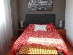 Dormitorio principal con cama de matrimonio de 1.35 cm