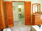 Other side of DUN NASTAS holiday house twin bedroom facing bathroom
