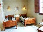 BALLUTA holiday house first floor twin bedroom with en suite bathroom