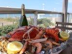 Plaisirs et délices de la mer à déguster sur la terrasse ombragée à midi