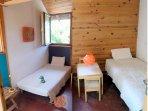 Chambre Sud  (n°3) au niveau haut: 2 lits de 90, armoire, petites tables pour enfants