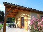 Chaque gite est équipée d'une terrasse couverte et de son salon de jardin'