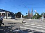 l'Eglise Saint Paul et le tram à 200 m
