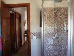 Cuarto de baño con gran cabina de ducha