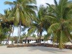 La villa vue de la plage faisant face au lagon et aux ilots de sables blancs
