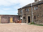 COZY COTTAGE, romantic, open plan, ample parking, Emley Moor, Ref 954505