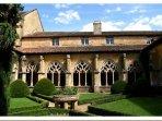 Le cloitre de l'abbaye de Cadouin est à 5 km