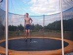 Roulotte de la Grangée, trampoline, jeux pour enfant en famille ou entre amis