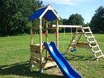 Roulotte de la Grangée, jeux pour jeunes enfants sur le parc de 3 hectares, paradis des enfants