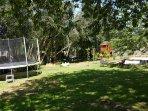 Aire de jeux: balançoire, toboggan, cabane, bac à sable, trampoline...