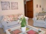 Salón bien decorado y amueblado con sofá y precioso interior
