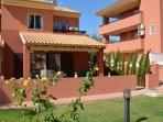 Casa familiar con bonito exterior y jardín