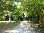 grand parc privé avec place de stationnement
