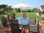 Vous avez le choix de 3 terrasses Sud, Ouest, pour apprécier au mieux le jardin et la vue splendide