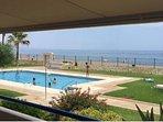 terraza con toldo automatico y vistas al mar y la piscina