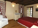 1° Double bedroom with terrace overlooking the garden and vineyards