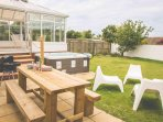 White Water garden with hot tub, BBQ & relaxed dining