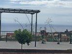 Espacio exterior público, con maquinas ejercicios, justo enfrente de la vivienda.