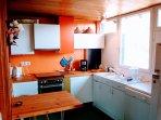 Dans la grande cuisine intégrée, ouvert esur le séjour, instruments & vaisselle pour 12 ou plus.