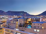 With a stunning view of Table Mountain this 2 bedroom apartment in central Cape Town is a gem.