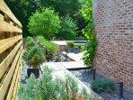 l'accès à la terrasse couverte et à la piscine