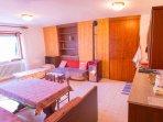 Zona giorno con cucina abitabile, tavolo con 5 posti, divano, letto pieghevole