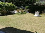 giardino con posto auto esterno  privato e riservato agli ospiti