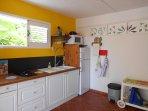 La cuisine entièrement équipée: réfrigérateur/congélateur, plaque de cuisson au gaz, micro onde
